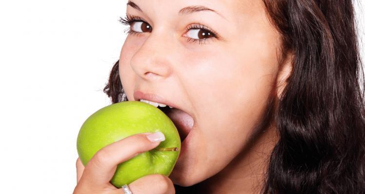 Cinco alimentos para fortalecer tus dientes