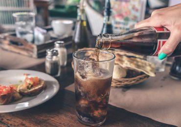 Cómo afectan las bebidas carbonatadas a tu salud bucodental
